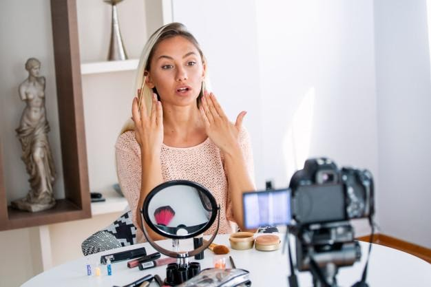 Professional beauty vlogger doing live broadcasting makeup ...