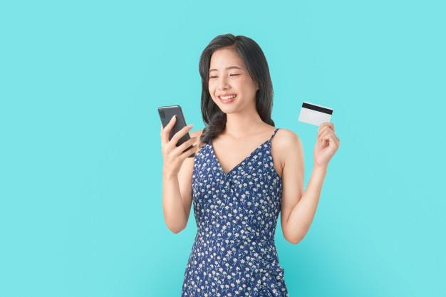 Smile happily asian woman holding smartphone and credit card ...