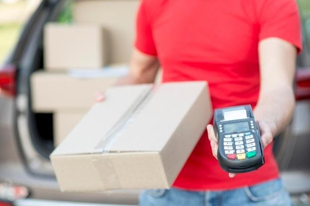 Delivery guy with pos machine | Free Photo